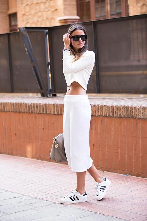Часто вижу на девушках образы в стиле кеды+платье, кеды+юбка, кроссов