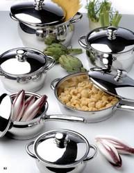 Посуда и настенные часы для кухни