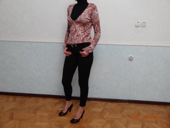 Одежда черного цвета с кофтом с глубоким вырезом