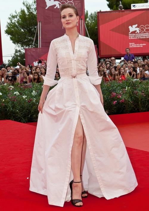 Ивэн Рэйчел Вуд в белом платье-рубашке