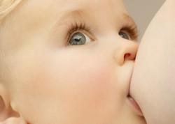 Как кормить малыша грудью