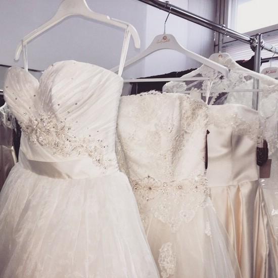 Короткое свадебное платье — отличный вариант для обладательницы красивых ножек
