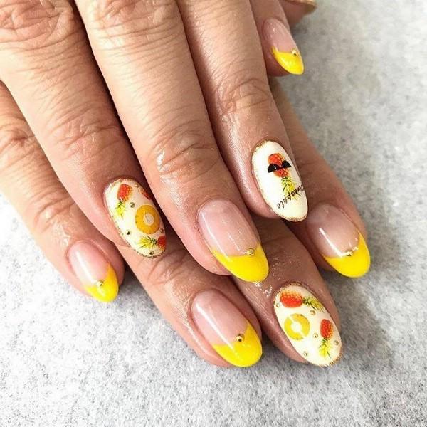 Маникюр с рисунками фруктов на ногтях